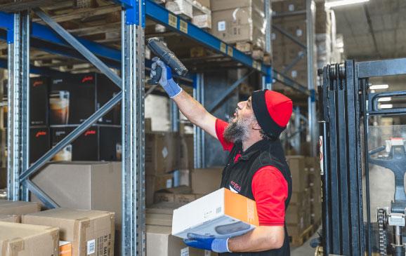 Schöni Lager Logistik Rüster mit Scanner